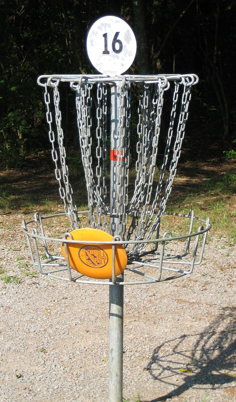 800px-Disc_golf_in_basket